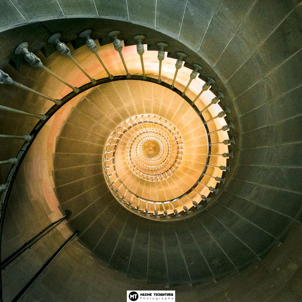Vue en contre-plongée de l'Escalier en colimaçon du Phare des Baleines, Ile de Ré - Max Photographe