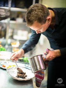 Chef de la Maison des Halles (restaurant à Tours) en action. Reportage photographique par Max Photographe